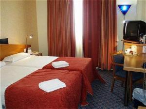 Holiday inn express valencia san luis en valencia spain for Hotel oceanografic ninos