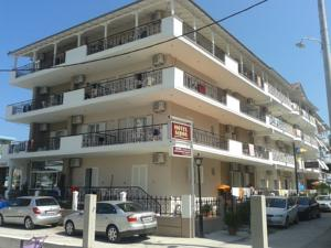 Hotel Siros Is Centrally Located In Leptokarya Town Just 30 Metres From The Beach It Features A Bar And Sun Terrace While Offers Studios