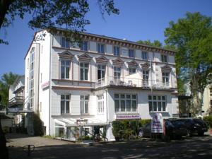 Haus troja pension katy in warnemunde germany lets for Warnemunde hotel pension